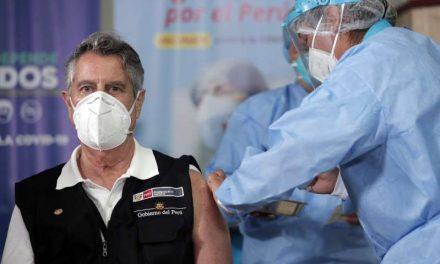 Con su presidente a la cabeza, Perú inicia la vacunación masiva contra la covid-19