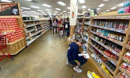 Precios al consumidor de Estados Unidos aumentan levemente; pasajes de avión caen
