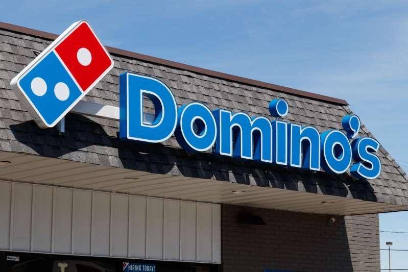 Genera polémica reacción de empleado de Domino's Pizza al no recibir propina