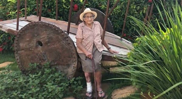 Vacunan a ancianita en Brasil contra el covid-19. Lo celebra y muere atropellada