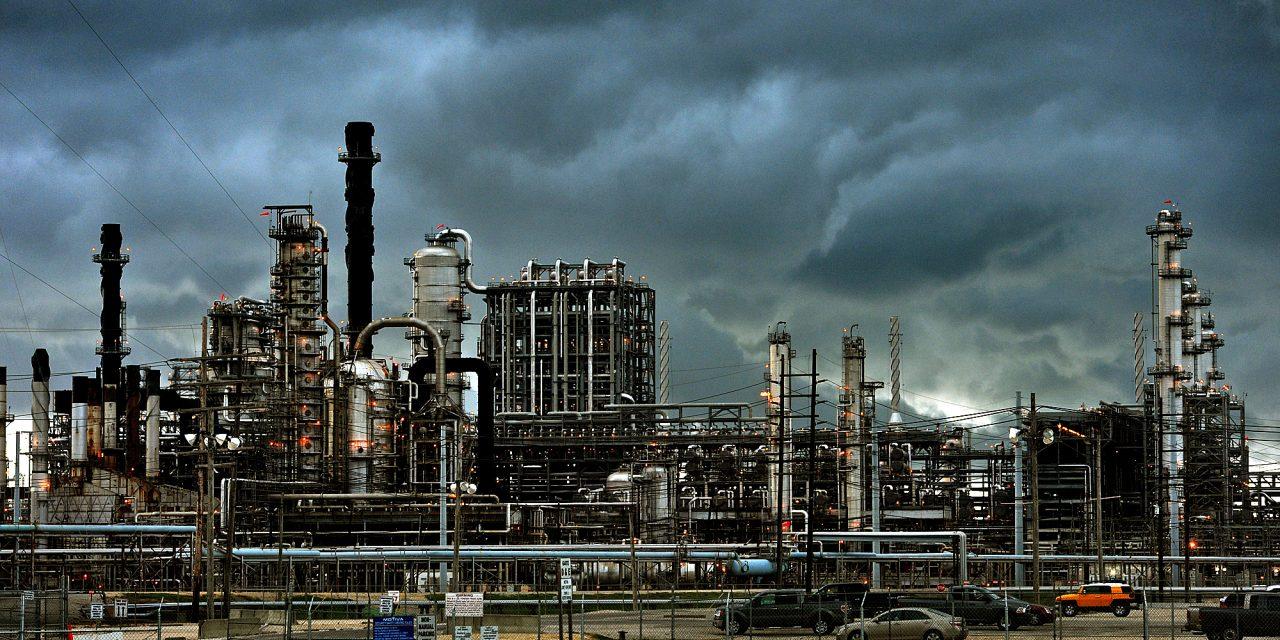 la mayor refinería de crudo de Estados Unidos, situada en Port Arthur, Texas, suspende actividades debido a  temperaturas heladas sin precedentes