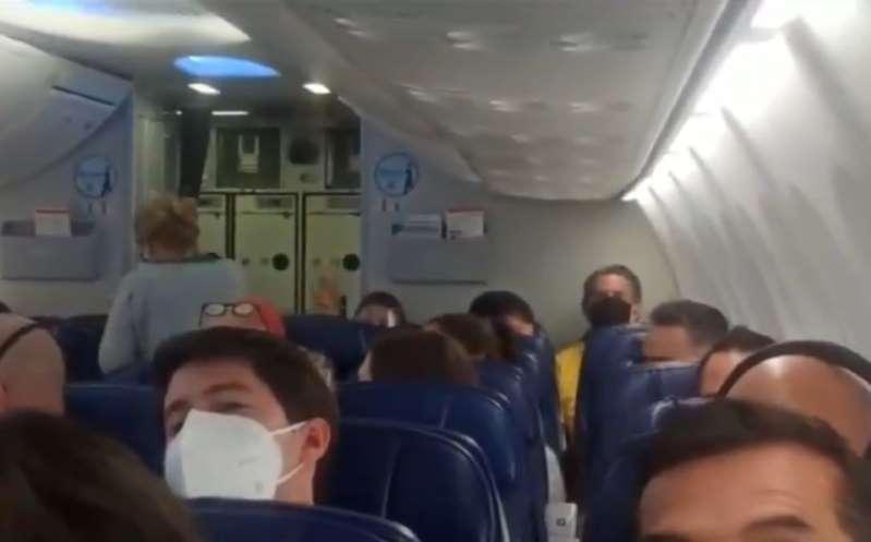 ¿No lo viste? Insultan a López Obrador en vuelo comercial. Le gritan #QueChingueASuMadreElPEJE