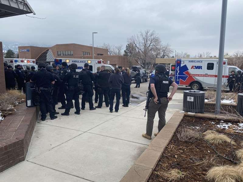 La policía responde a un tiroteo en un supermercado King Scoopers de Colorado. Hay 10 Muertos
