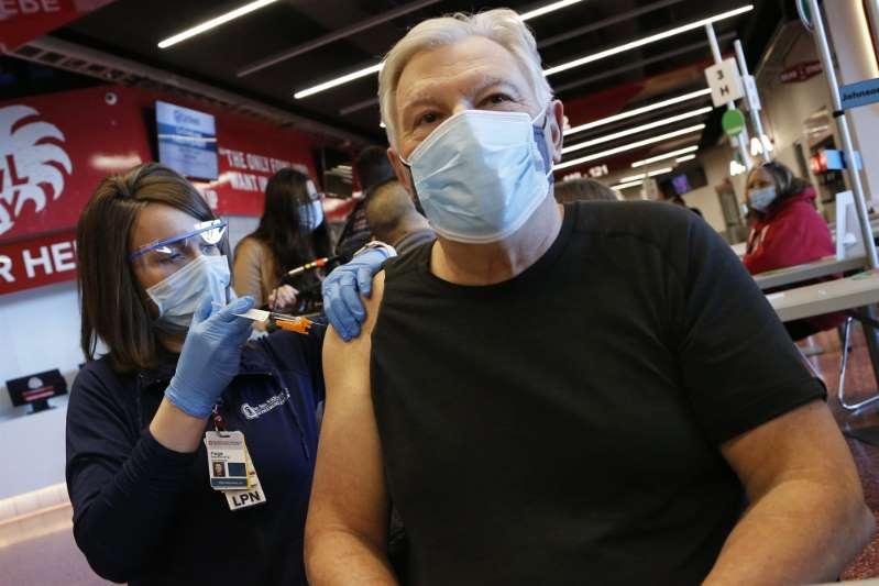 La vacuna de J&J contra el COVID-19 es más fácil de llevar hasta hogares y centros de trabajo