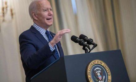 """Biden celebra el nuevo plan de estímulo: Es un un """"paso gigante"""" para Estados Unidos"""