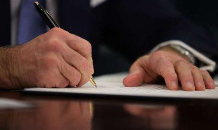 Biden firma paquete de estímulo económico para acelerar envío de cheque de $1,400