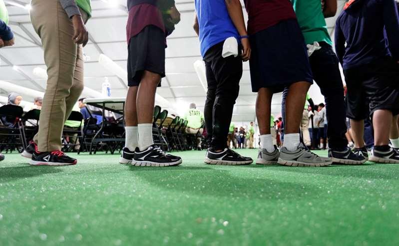 El Gobierno suspende las pruebas de antecedentes penales para los cuidadores de menores migrantes en nuevos centros de emergencia