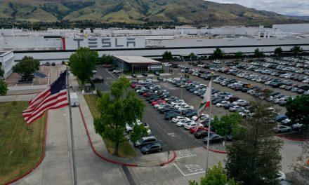 Cientos de trabajadores de Tesla contrajeron COVID-19 después de que Elon Musk reabriera una fábrica