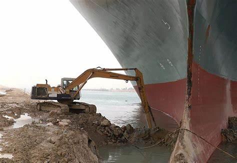 Buque atascado en el Canal de Suez ha retenido miles de millones de dólares en comercio mundial