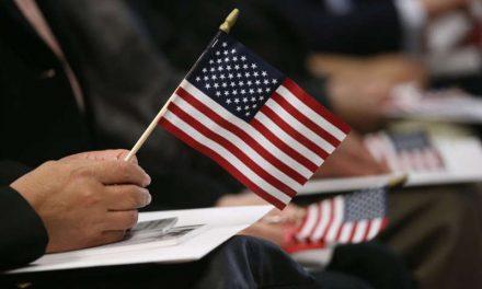 Inmigrantes latinos que lograron la ciudadanía son quienes más rechazan a indocumentados