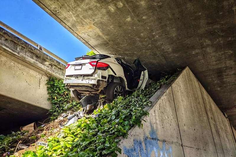 Hombre huye de la policía en Oakland y destroza el Maserati de su novia