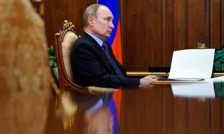 Putin firma ley con que podría seguir en el cargo hasta 2036