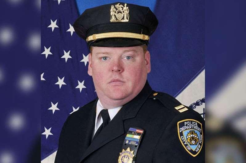 Dos suicidios sacuden a Nueva York: jefe policial en su patrulla en Queens y pasajero saltando del Staten Island Ferry