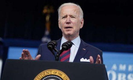 Biden considera cancelar $50,000 de deudas en préstamos estudiantiles