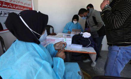 Y caen como moscas. India administra en 100 días de campaña de vacunación 141 millones de dosis