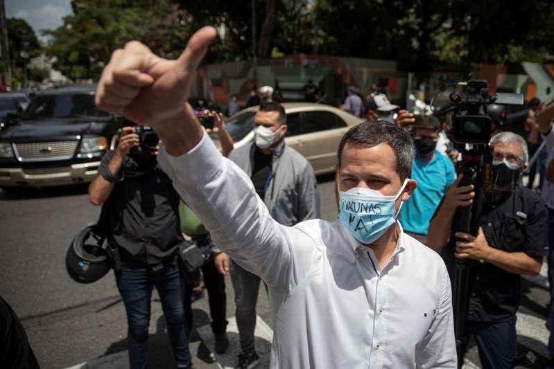 Guaidó da un golpe de timón y se abre a negociar con Maduro