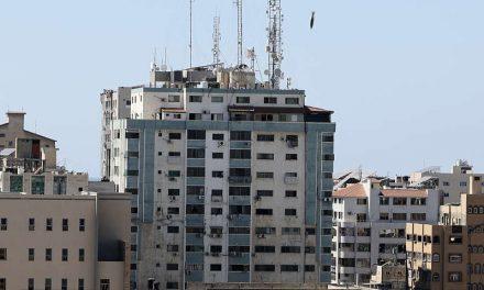 Edificio de prensa internacional colapsa tras bombardeo israelí en Gaza