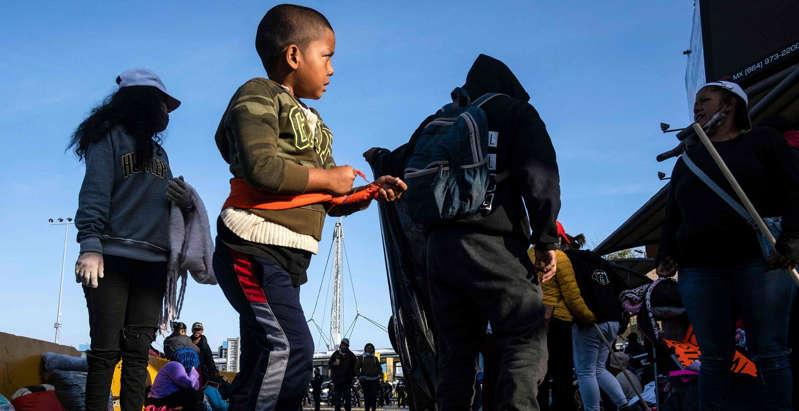 """Biden permite que entren 2,000 inmigrantes """"vulnerables"""" pese al cierre de la frontera y dejará ingresar a 250 más al día"""