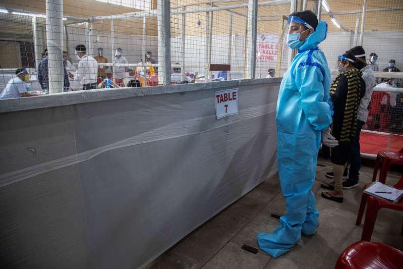 El devastador auge del virus en India llega a la política