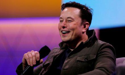 Elon Musk dice que es la primera persona con síndrome de Asperger en presentar SNL durante el monólogo de apertura