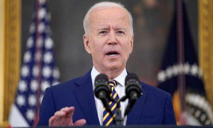 Biden celebra cautelosamente 300 millones de vacunaciones