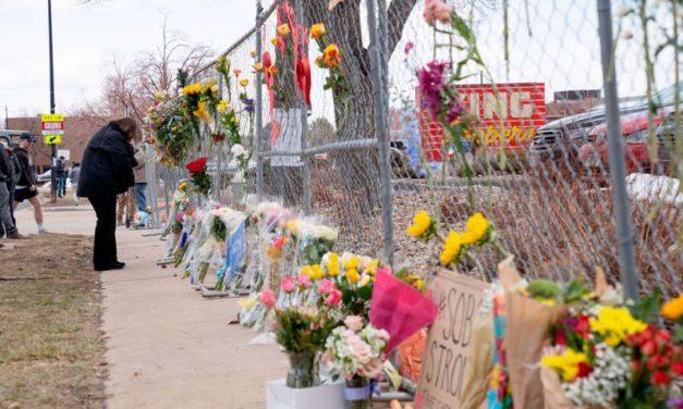 El gobernador de Colorado firma una ley que permite a las ciudades establecer sus propias restricciones de armas
