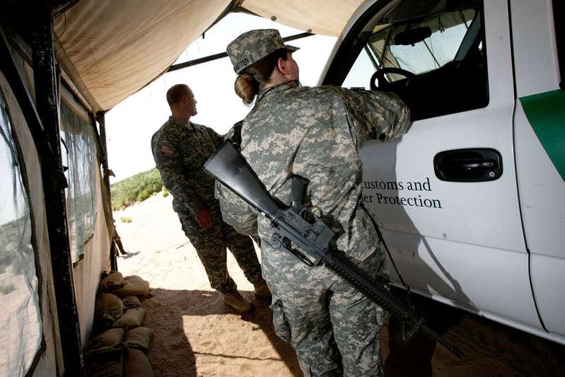 Gobernador de Texas logra ayuda militar de 5 estados para su plan contra inmigrantes