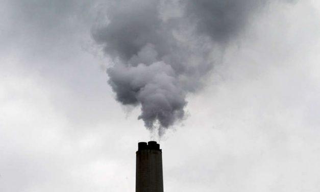 AIE: El carbón conducirá a un nuevo récord de CO2 por la electricidad en 2022