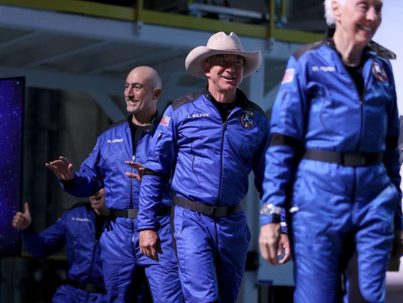 """FAA a millonario Jeff Bezos tras viaje al espacio en el """"New Shepard"""": no eres astronauta"""