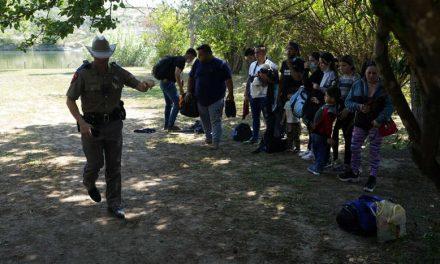 Una jueza bloquea la orden del gobernador de Texas para limitar el transporte de inmigrantes liberados por la Patrulla Fronteriza