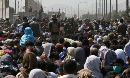 El caos en el aeropuerto de Kabul mientras miles de personas esperan a ser evacuadas