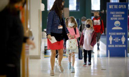 Escuelas en Estados Unidos revierten clases presenciales por COVID-19