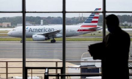 Aerolíneas de EE.UU. se desmarcan de United y no requerirán vacuna a empleados