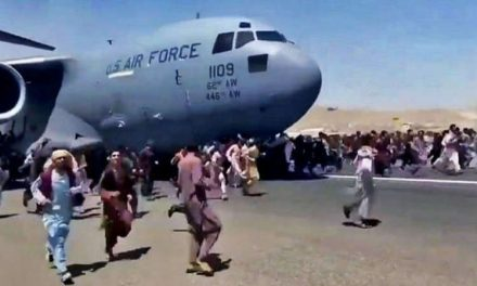 Las desesperadas escenas en el aeropuerto de Kabul donde miles de personas intentan escapar de los talibanes