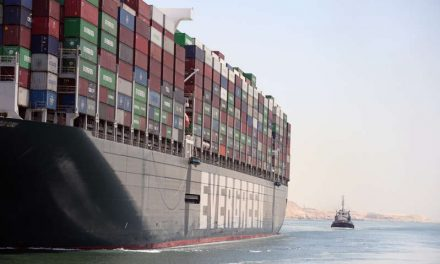 """El """"Ever Given"""" cruza el canal de Suez sin problemas tras bloquearlo en marzo"""